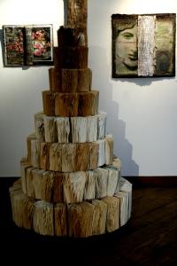 """""""Mémoires"""" de Sophie Allard (installation) devant deux """"Biblioplasties"""" d'Ag'ni Chronoploulos"""